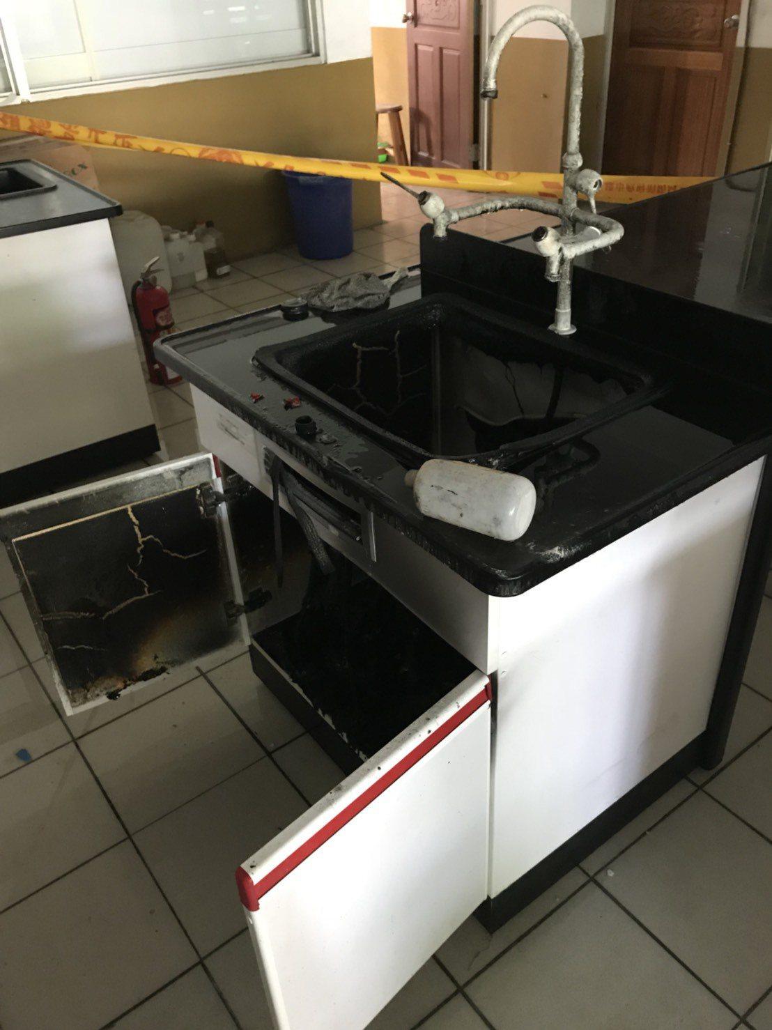 中山國中實驗室發生化學藥品自燃意外,水槽被燒得焦黑,所幸火勢很快撲滅、無人傷亡。...