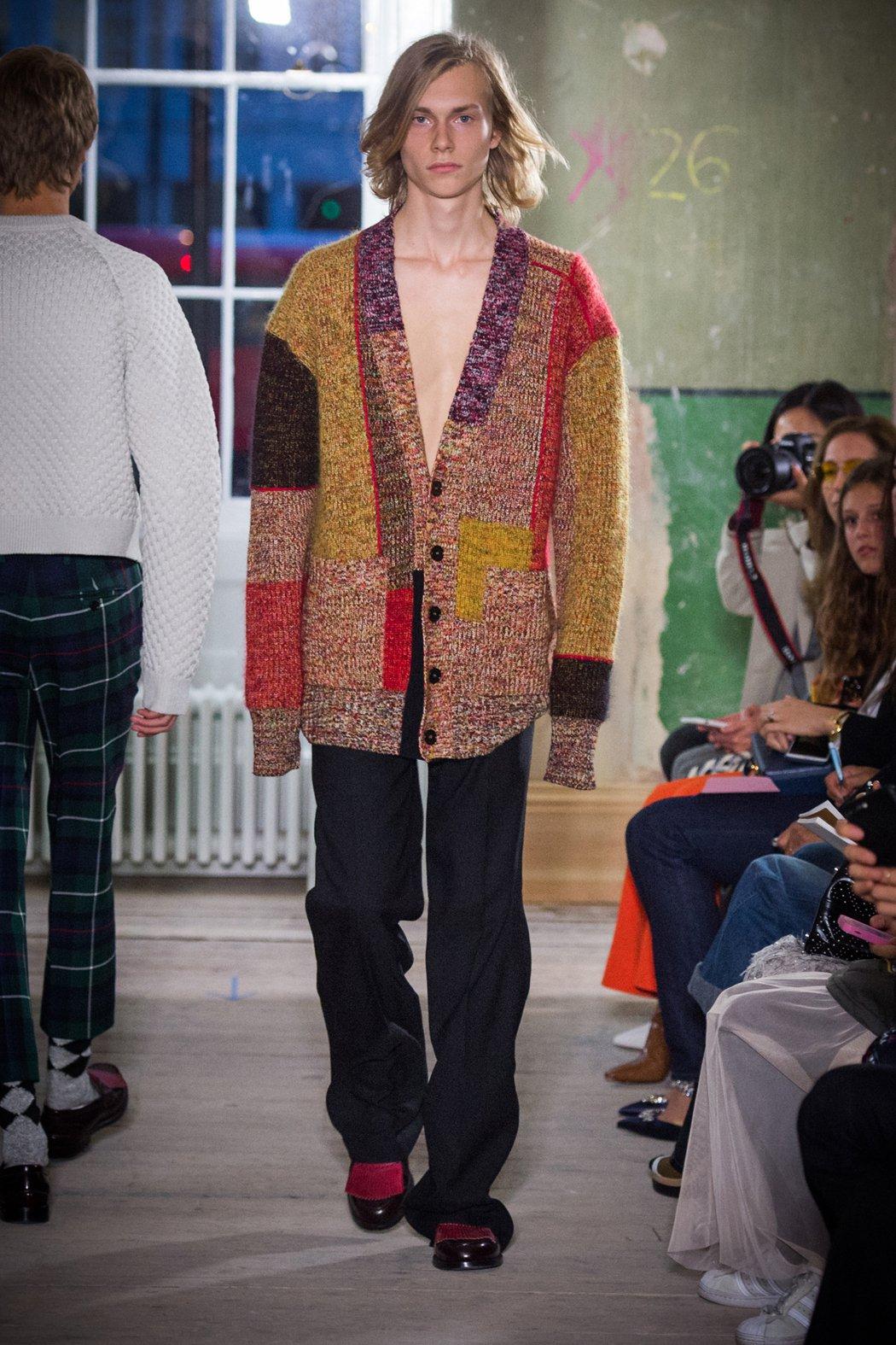 喀什米爾羊毛混紡多色股線寬版開襟針織衫是男、女裝重點單品。圖/BURBERRY提...