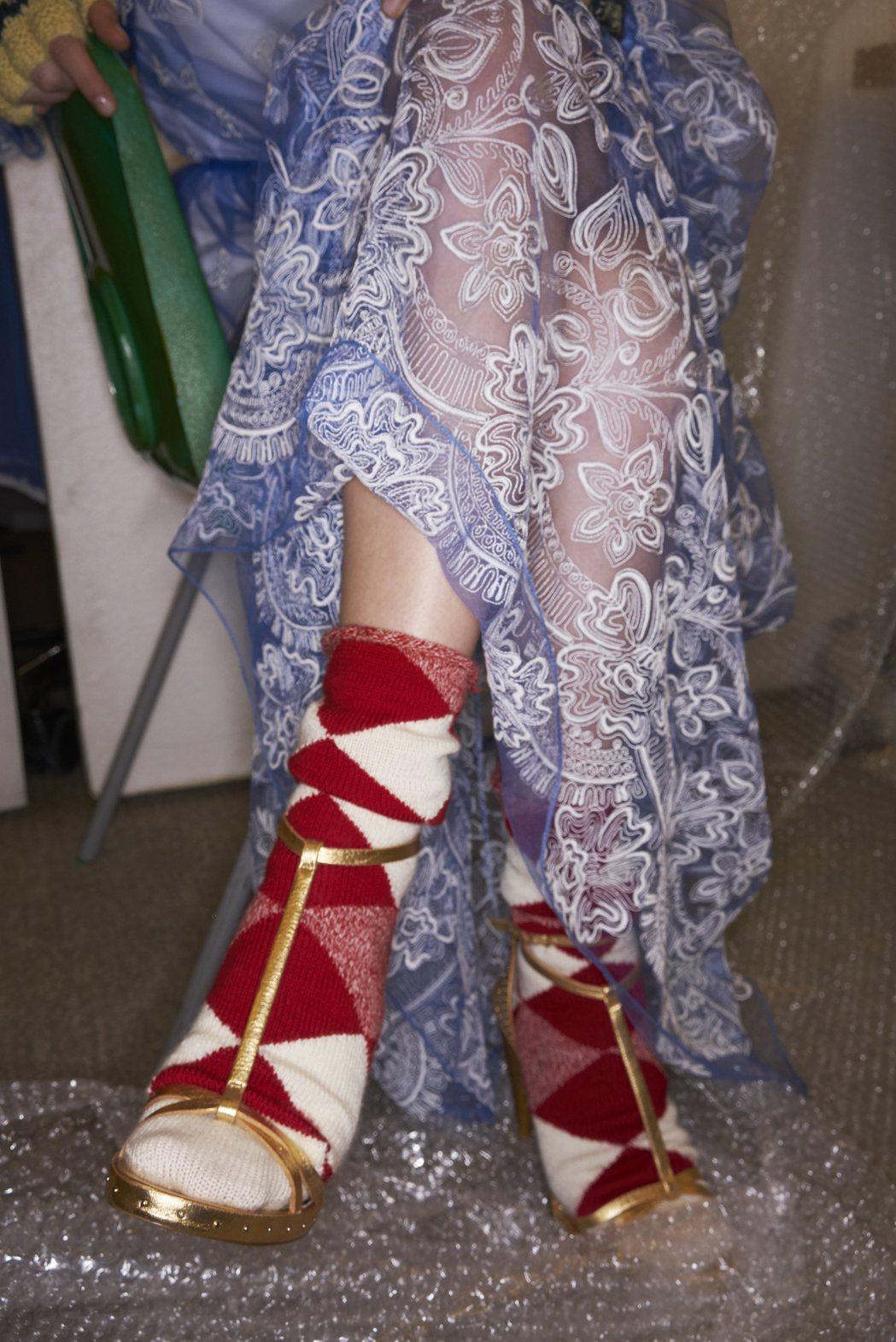 浪漫刺繡和經典格紋變化出多種風貌的九月系列。圖/BURBERRY提供