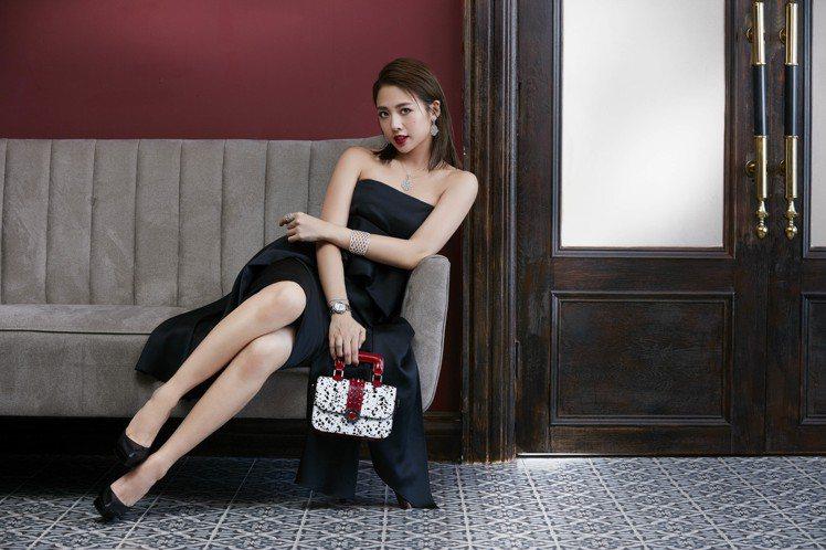 以每個女人衣櫥裡必備的黑色小洋裝配CLASSY REFLECTIONS系列腕表與...