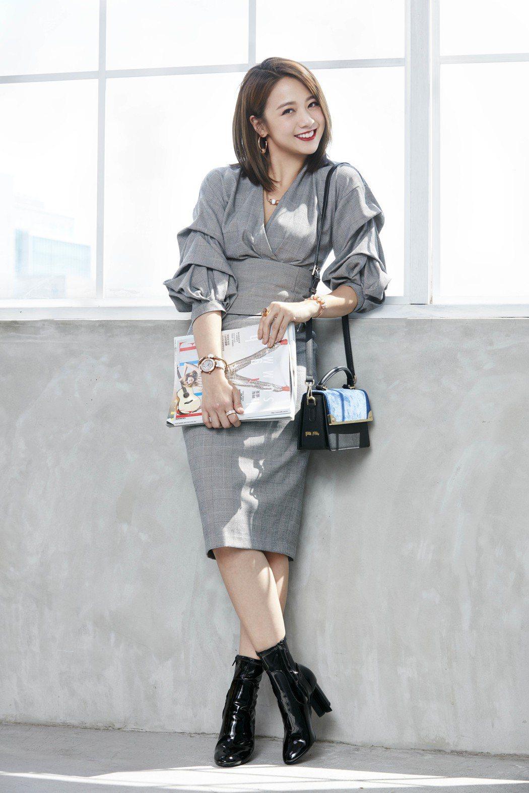 穿上高腰窄裙造型袖洋裝的鬼鬼,運用MISS FF包款還是配出都會OL的時尚俐落。...