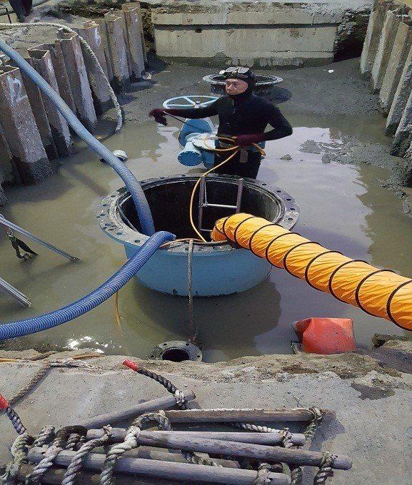 自來水公司第6區處最近維修漏水的主幹管,首度派出潛水員穿著厚著的裝備進入管內維修...