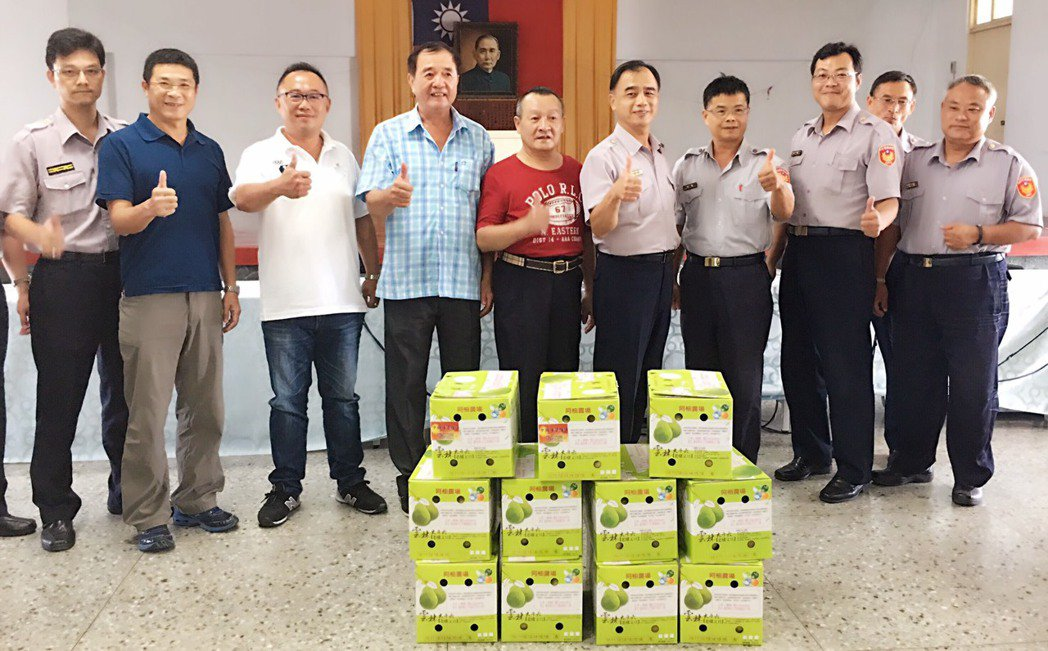 北港義警、民防、警友會聯合發起柚見幸福,致贈大批柚子給所有警員。記者蔡維斌/攝影