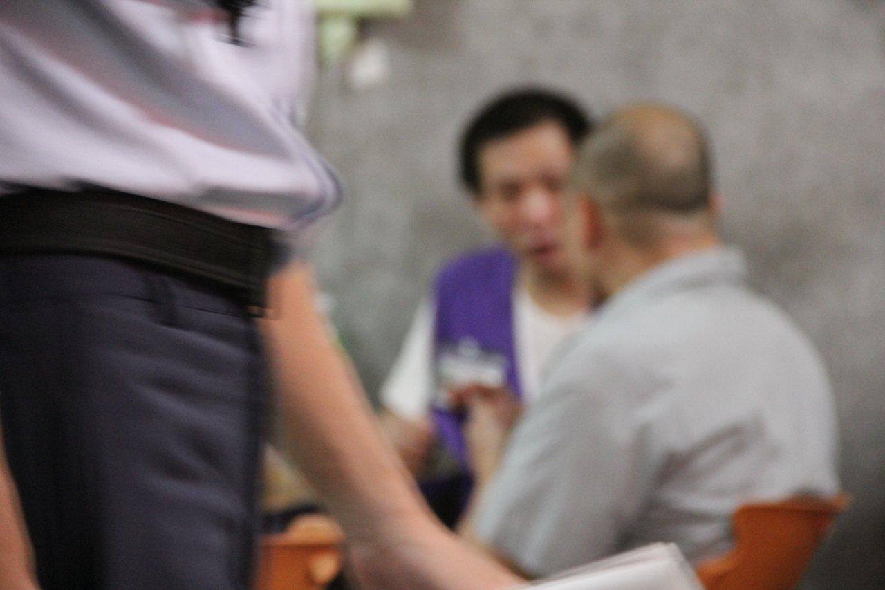 中秋將至,台北看守所舉辦懇親會,收容人難得不用隔著玻璃和家人見面聊天,阿正與家人...