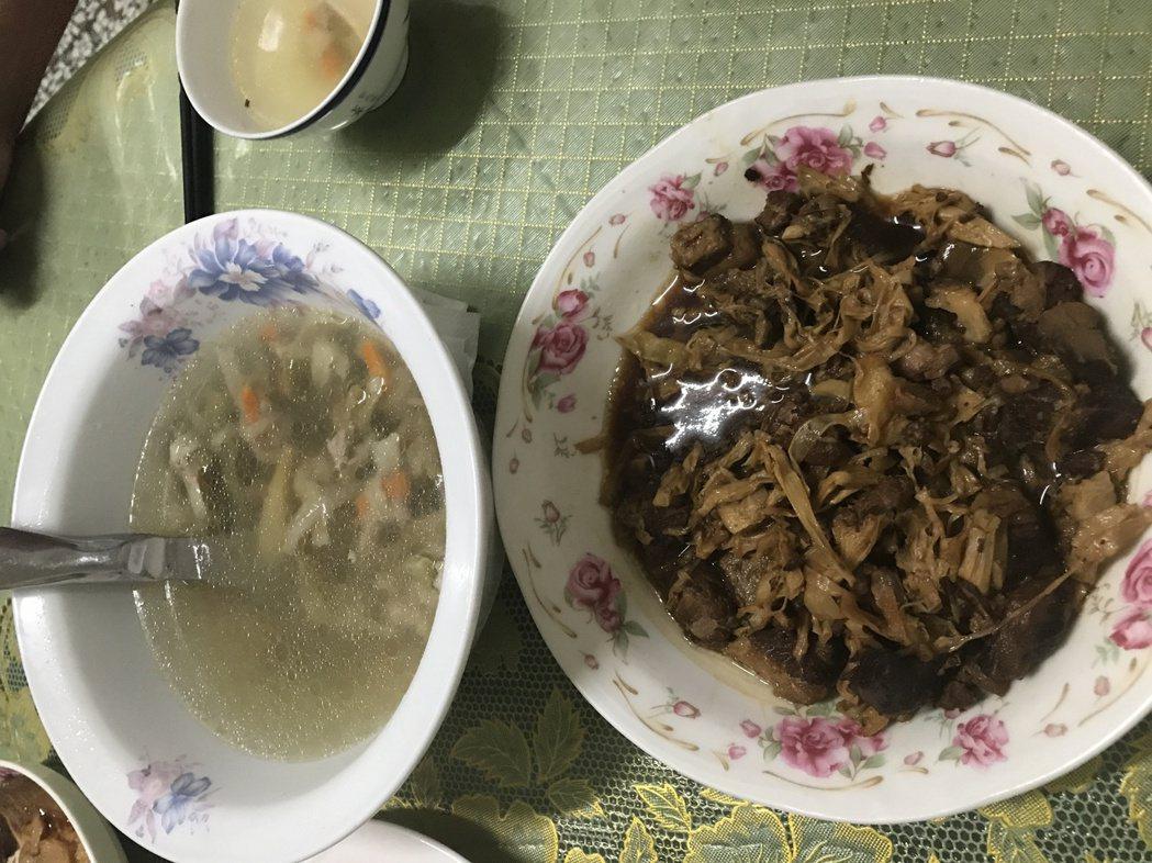 大城鄉民林蔡英子是蕎麥產銷班第三班班長林志騰的媽媽,做菜手藝好,做工繁複的瓠仔乾...