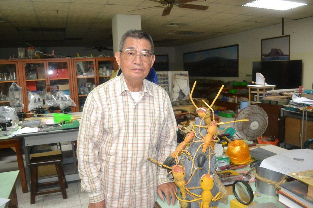 台南市退休老師陳守仁已75歲,仍每天義務指導學生科學研究。記者鄭惠仁/攝影