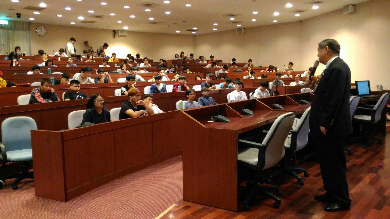 鈺德科技董事長張昭焚(右)日前到佛光大學分享人生經驗。圖/佛光大學提供