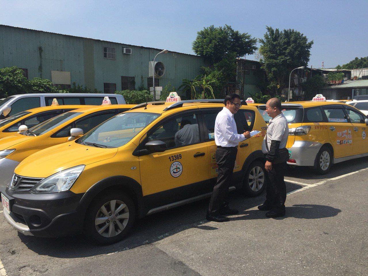 凱基銀行設專人在車隊駐點提供金融諮詢服務,提供運將快速便利的服務。照片/凱基銀行...