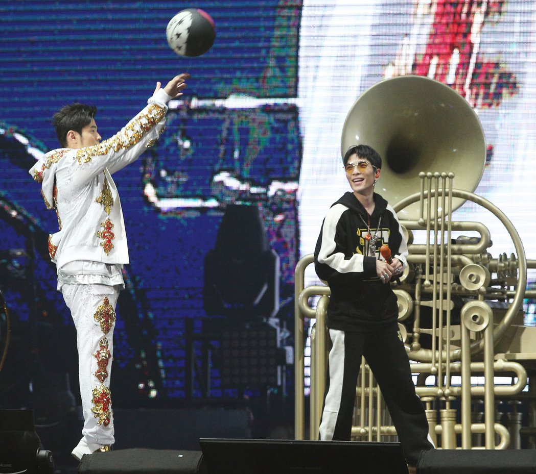 蕭敬騰(右)擔任周杰倫28日演唱會嘉賓。記者陳正興/攝影