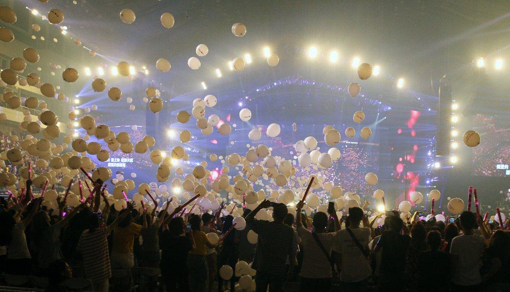 唱「告白氣球」時現場放下一萬顆氣球。記者陳正興/攝影