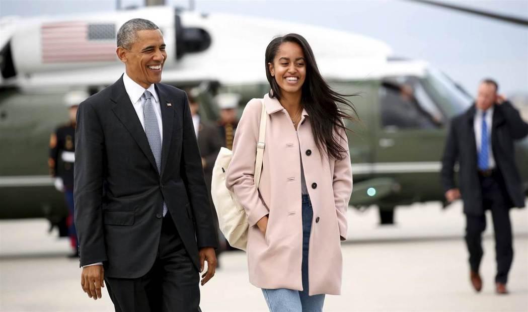 美國前總統歐巴馬不捨長女瑪莉亞(右)上大學。 (路透)
