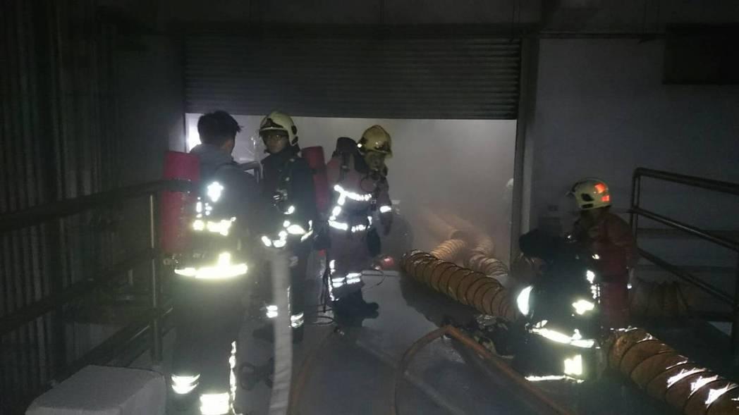 上市公司燿華電子位於新北土城廠房今晚發生大火,因工廠硫酸管線洩漏,強酸物質因高溫...