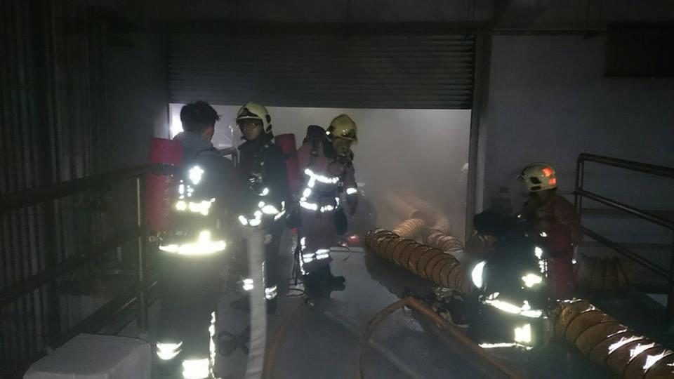 上市公司燿華電子位於新北市土城區的廠房晚間傳火警,場內疑似有酸性物質,造成11名...