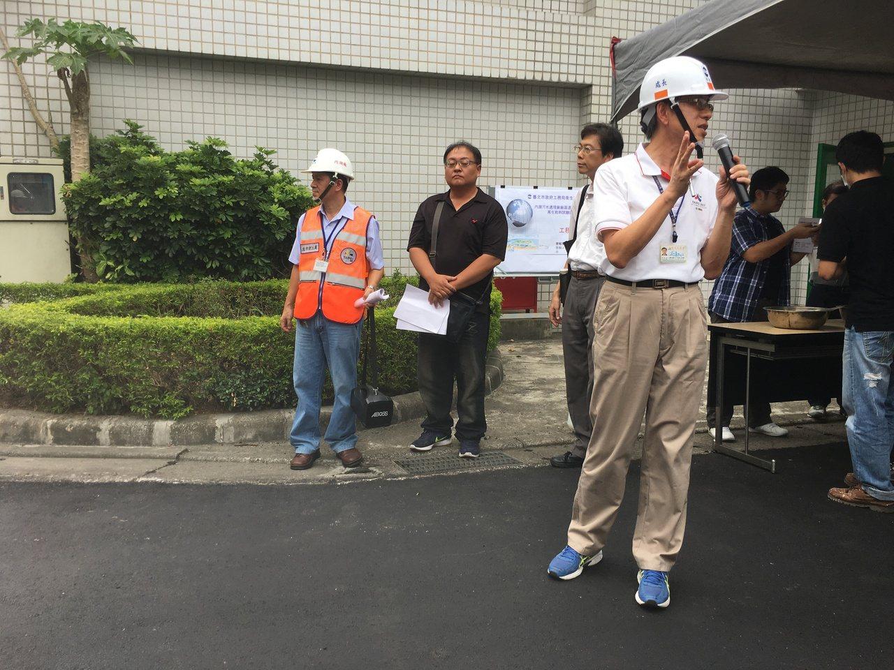 衛工處今天舉行記者會,介紹用新鋪路材料。記者張世杰/攝影