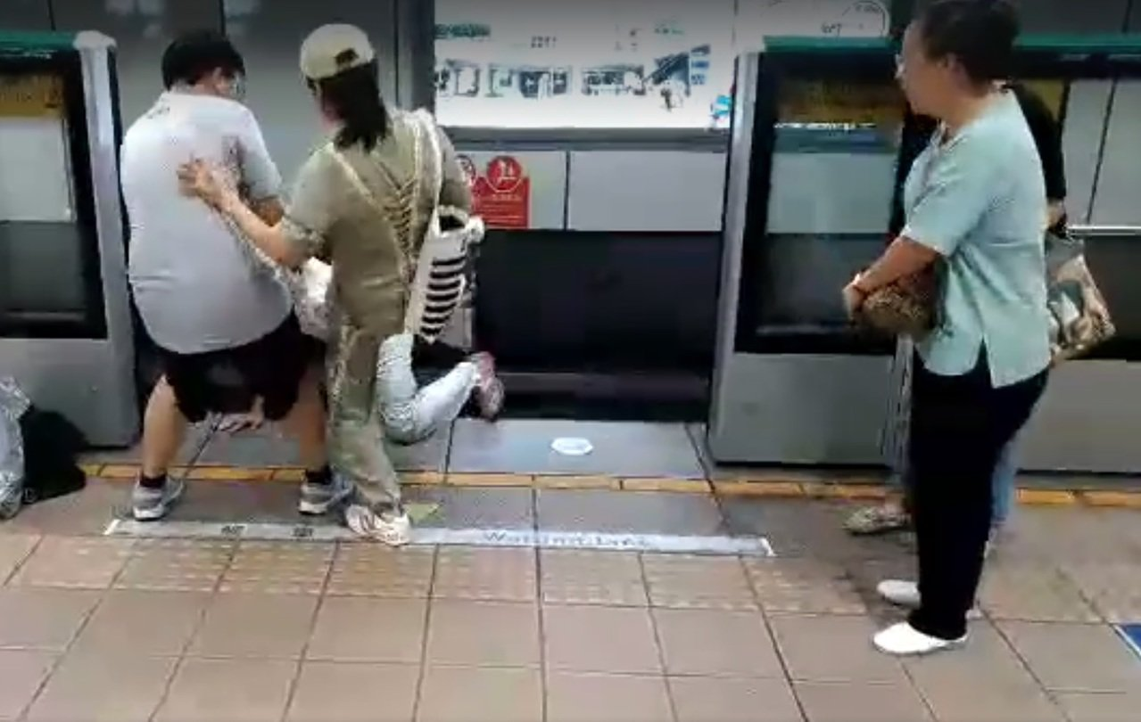 台北捷運松山新店線景美站今天傍晚6點53分出現1名年約72歲的老翁旅客入侵月台軌...