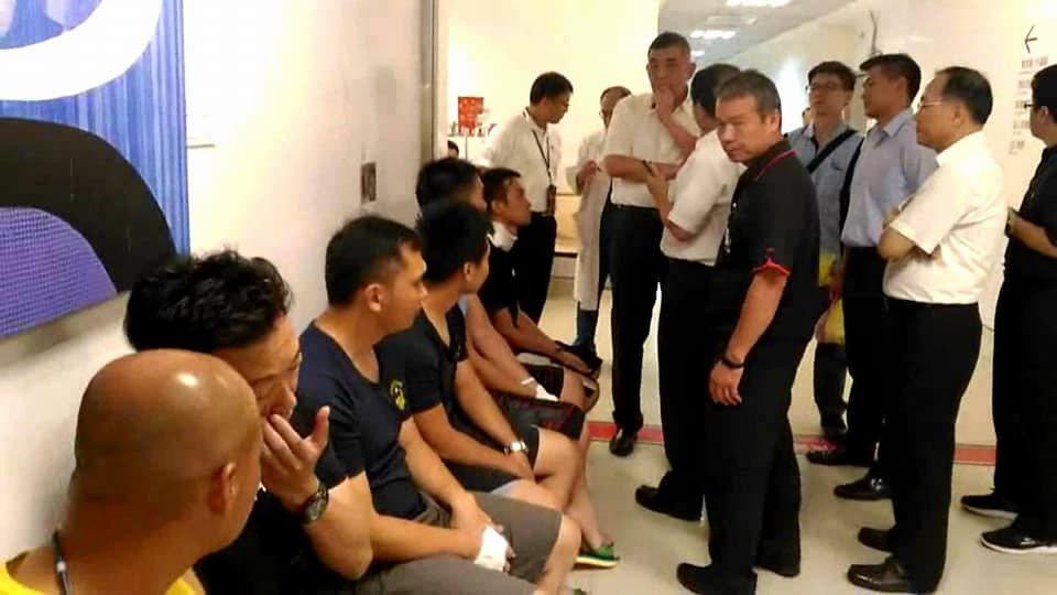 新北市消防局長黃德清獲悉有消防人員受傷,晚上立即趕到亞東醫院瞭解狀況,所幸經送醫...