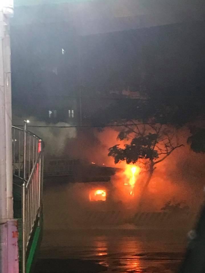麥金路炸雞店晚間起火燃燒,附近居民見狀拍照PO網,提醒附近民眾小心安全。圖/翻攝...