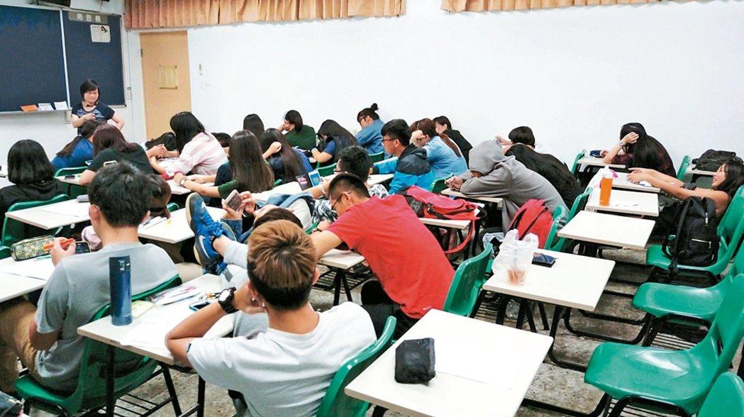 學生上課打瞌睡、放空,在大學校園已司空見慣。有大學教授在教師節短片笑說,現代老師...