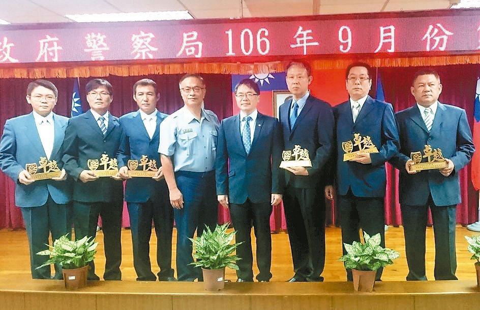 台南市代理市長李孟諺(右四)頒獎表揚緝毒有功員警。 記者周宗禎/攝影