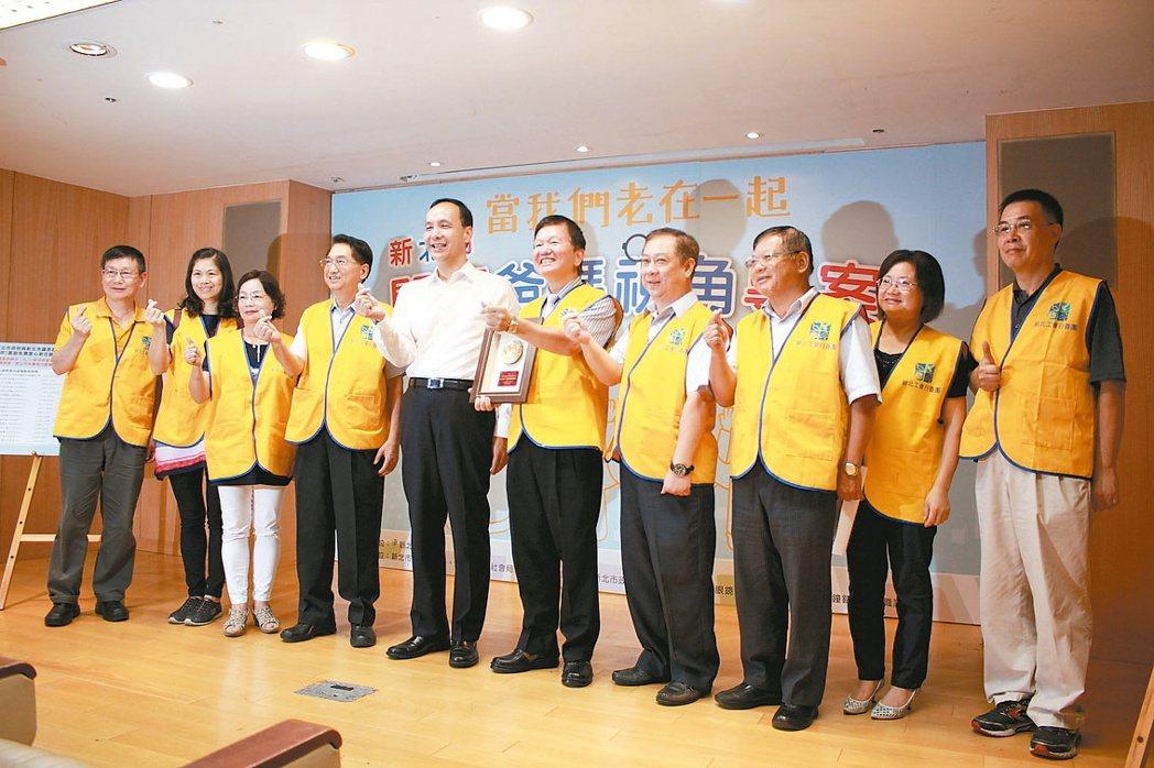 新北市長朱立倫(左五)頒發感謝狀給新北市鐘錶眼鏡職業工會。 記者林麒瑋/攝影