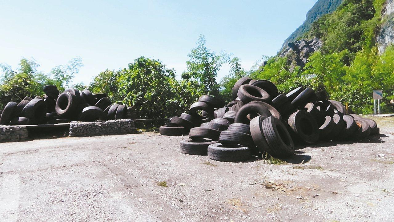 不肖業者將數百條廢輪胎丟棄在清水斷崖下方,經過1周才將所有輪胎吊上步道入口的停車...