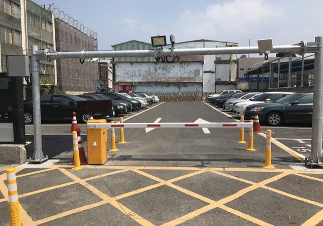 南鼓山智慧停車場,可偵測來車顯示停車數。 記者蔡孟妤/攝影