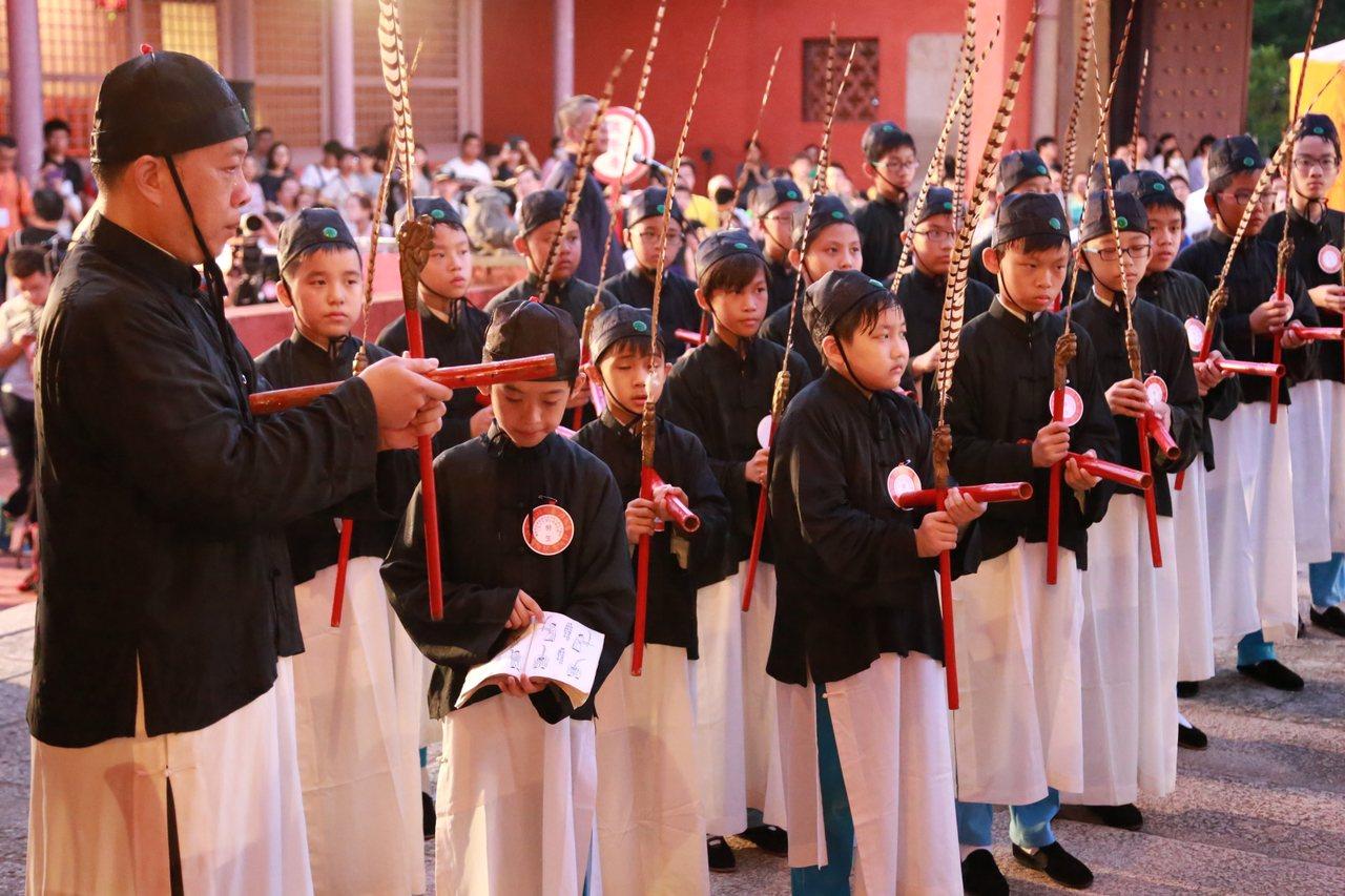 台南祭孔大典昨天在孔廟舉辦,現場由忠義國小學生跳傳統的六佾舞。 圖/市政府提供