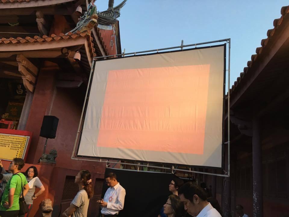 台南祭孔大典現場因投影機出問題,原有的英文解說字幕無法顯示。 記者修瑞瑩/攝影