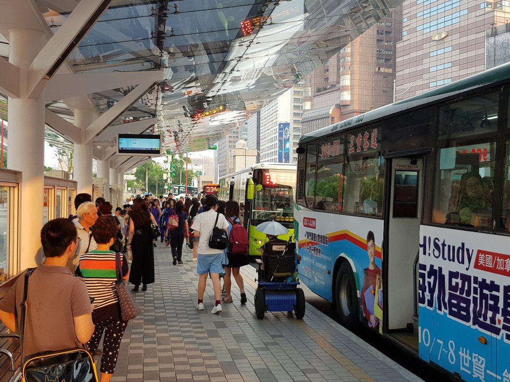雙北市討論電子票證搭北捷與公車雙向轉乘優惠如何分攤達成共識,明年度起由北捷公司、...