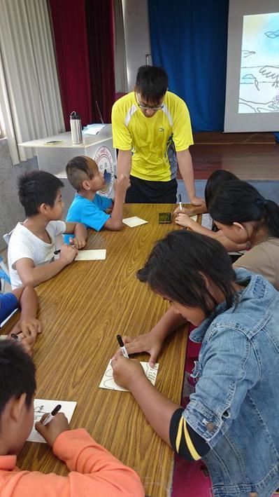王李成雲利用下課及放假時間陪伴部落孩子讀書、遊戲,甚至戶外活動,是孩子心目中的「...