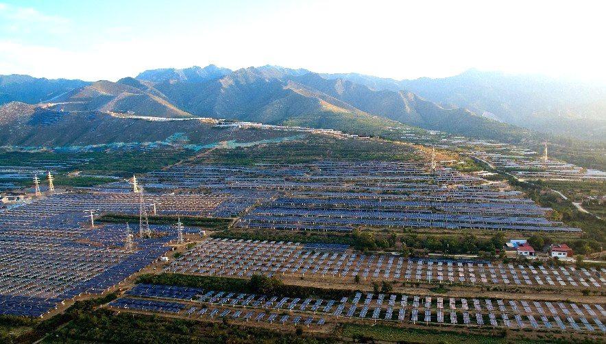 從空中鳥瞰光伏發電板,場景壯觀。 圖/新華社