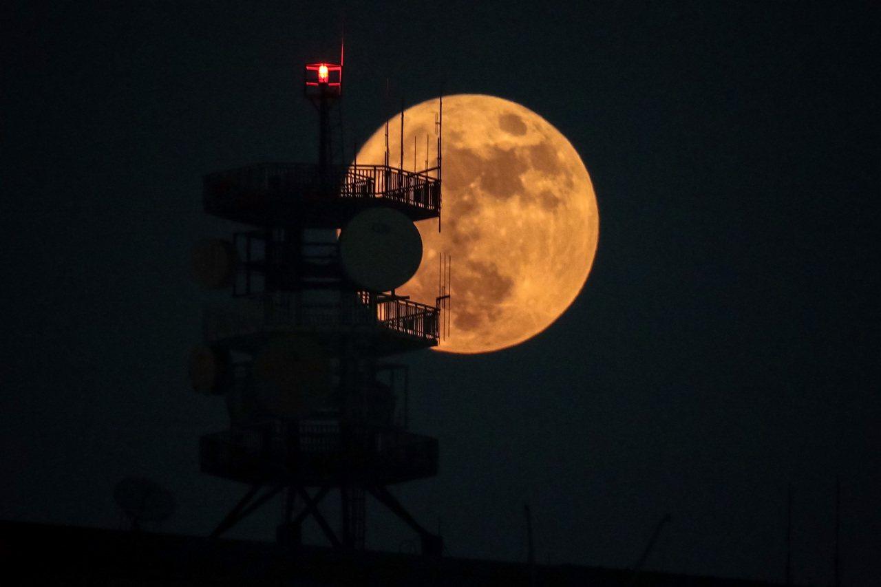 台北地區賞月品質得碰運氣。本報資料照/記者王騰毅攝影