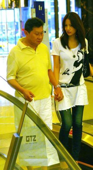 孫道存(左)與嫩妻吳逸萍2009年逛精品店被本報記者獨家直擊。圖/本報資料照片