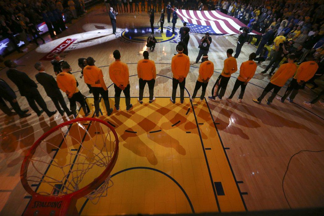 越來越多美國職業運動球員在演奏國歌時下跪來抗議川普,但NBA本來就有演奏國歌時需...