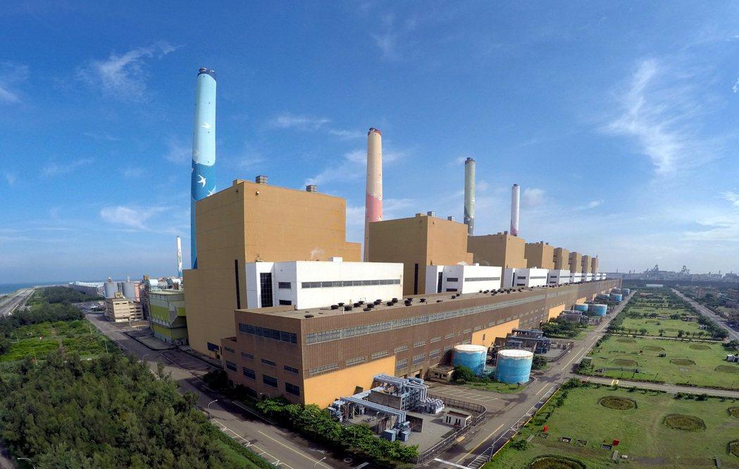 國民黨今天呼籲台中火力發電廠應立即降載至少20%,生煤使用量每年至少減少10%,...