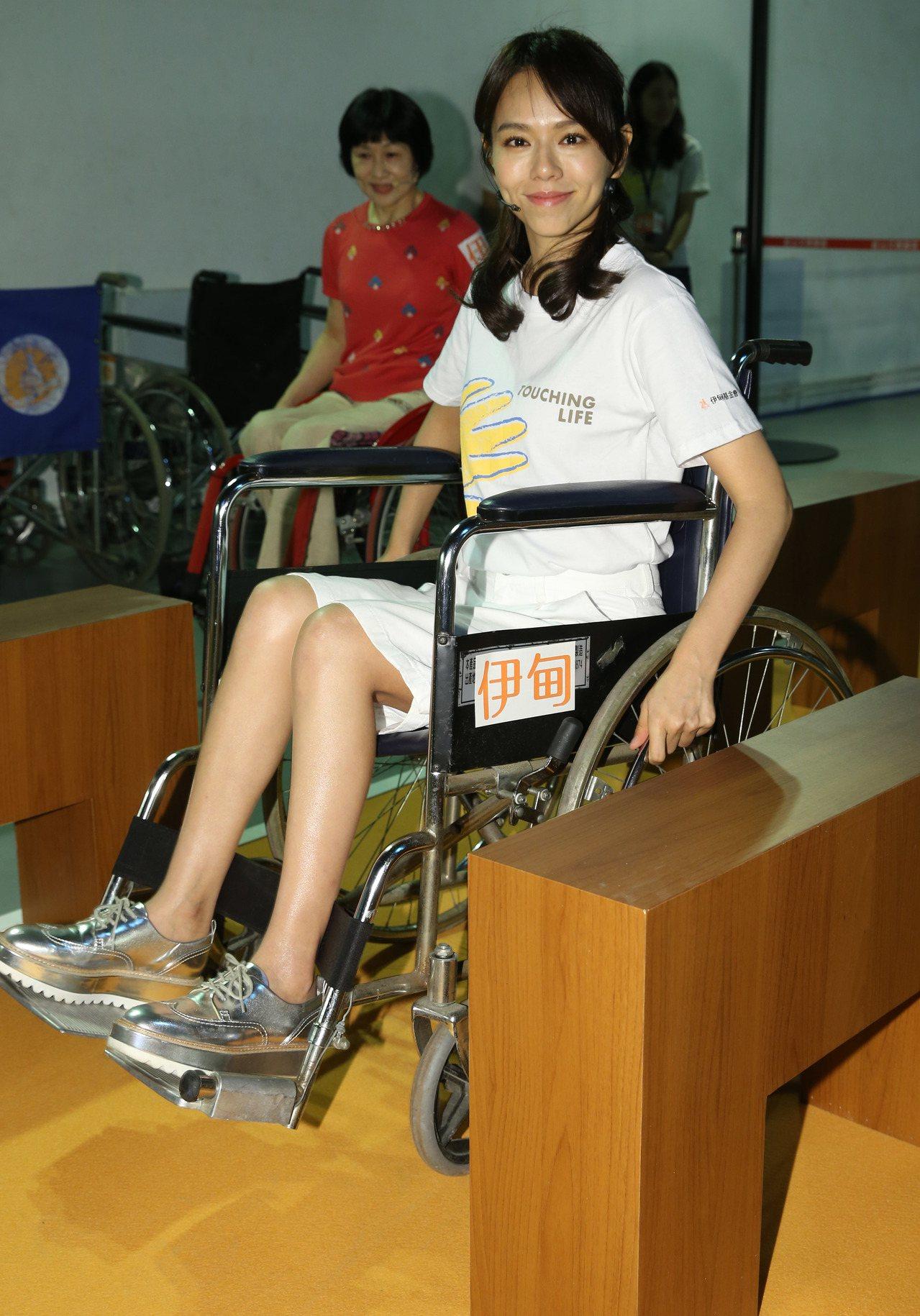 公益大使夏于喬出席伊甸基金會「無障礙生活節」,體驗輪椅雲霄飛車闖關活動 。記者林...