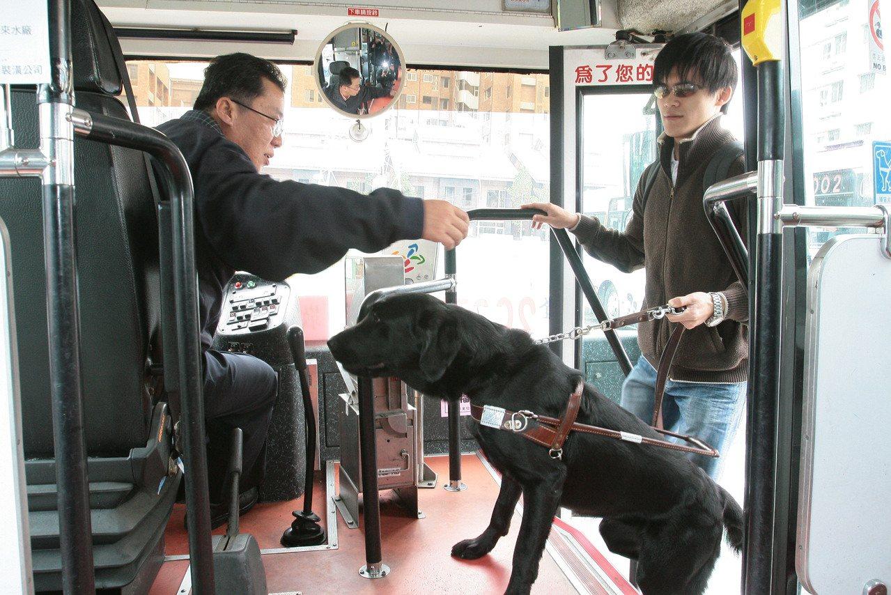 導盲犬搭公車。本報資料照/記者徐世經攝影