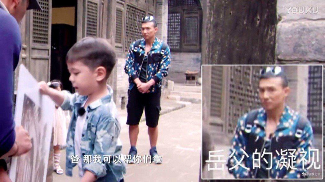 劉畊宏被抓包眼神犀利,網友笑稱是「岳父的凝視」。圖/擷自微博