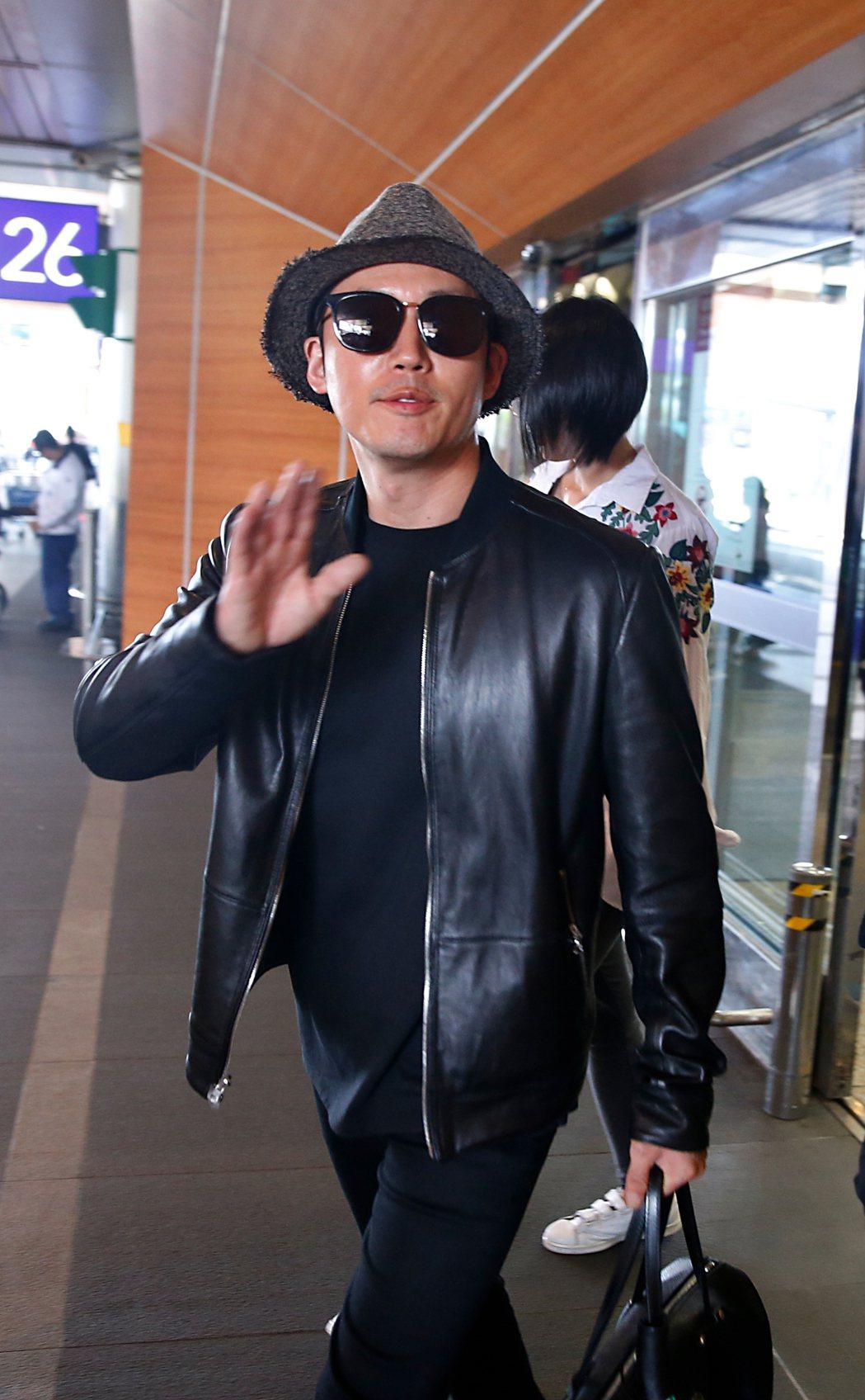韓星張赫中午搭乘OZ-711班機抵達桃園機場,雖然班機延誤,張赫穿著黑色皮衣,戴...