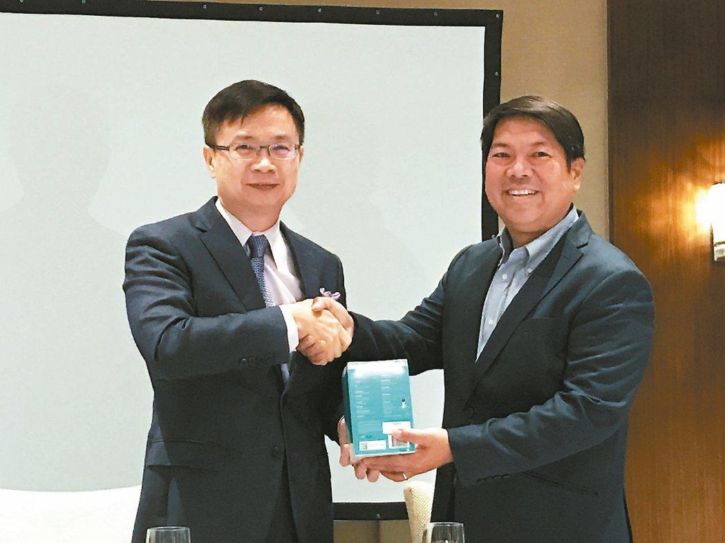 貿協董事長黃志芳(左)拜訪菲律賓電動車產業協會理事長隆美爾,致贈台灣精品。 記者...