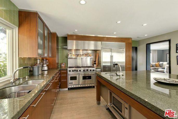 豪宅的美食廚房內擁有廚師級的維京品牌用具,及一張大型的中央工作檯。(Realto...