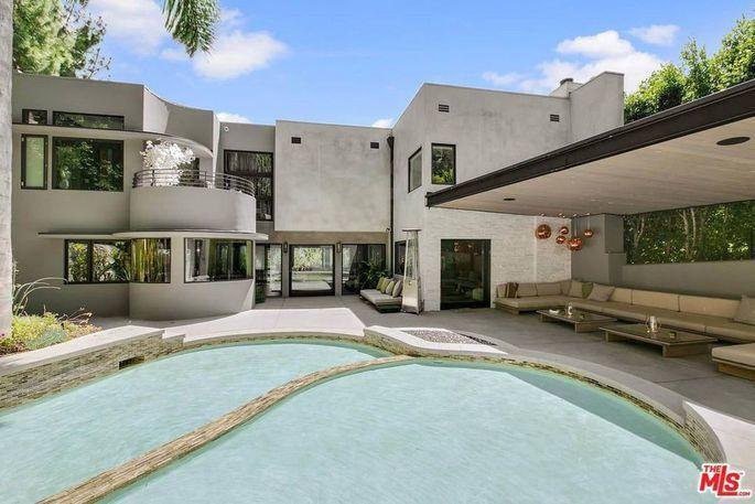 屋外設有一個有蓋的大型涼廊,就像戶外客廳一樣,並有一個大型、變形蟲形狀的游泳池。...