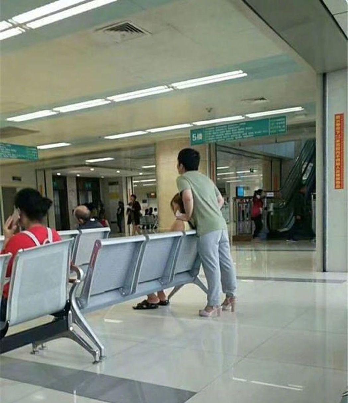 一名男子陪女友看病,因為女方穿高跟鞋不舒服,兩人就互換了鞋子穿。(取材自微博)