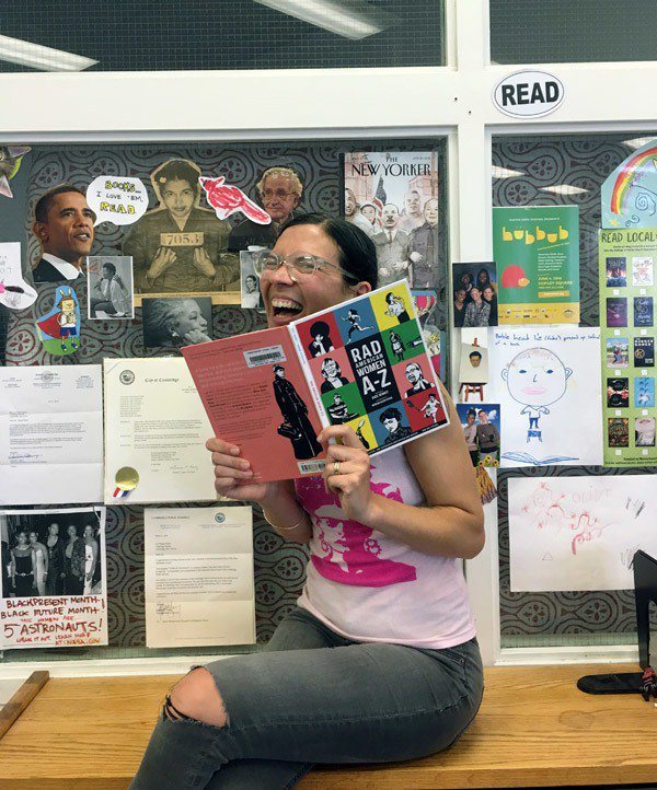 美國麻州劍橋公立學校的圖書管理員莉茲·索伊蘿拒絕白宮在「全國讀書日」贈予十本「蘇...