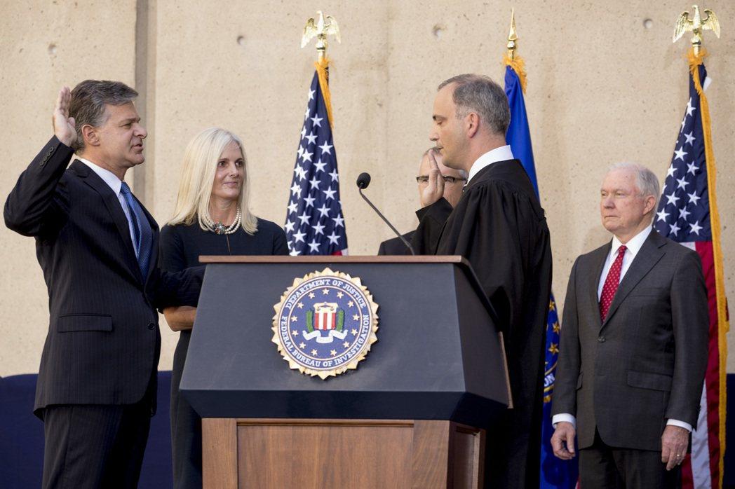 新任美國聯邦調查局長雷伊(左)28日宣誓就職。美聯社