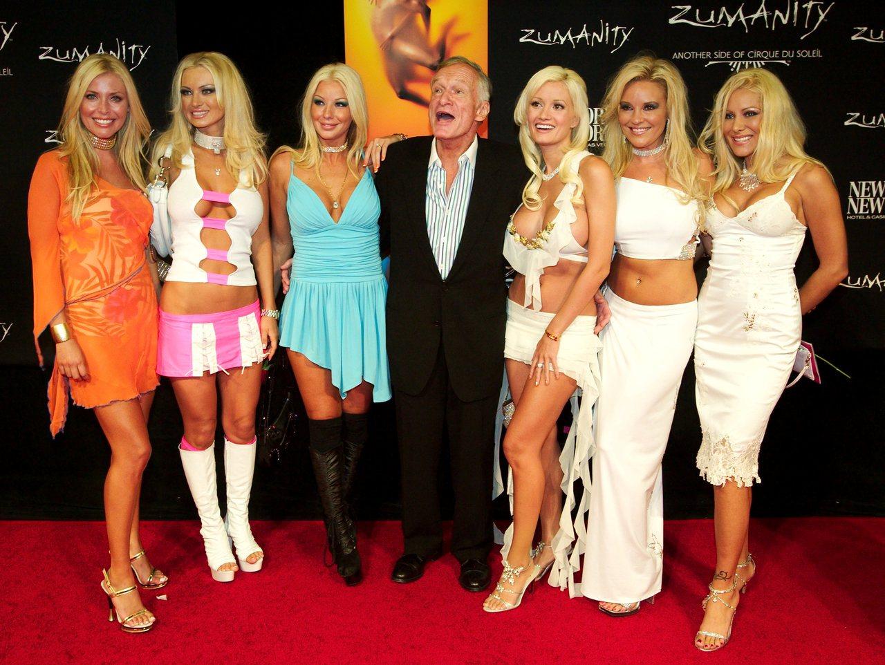 海夫納偕六名女友於2003年至賭城看太陽馬戲團新節目。路透