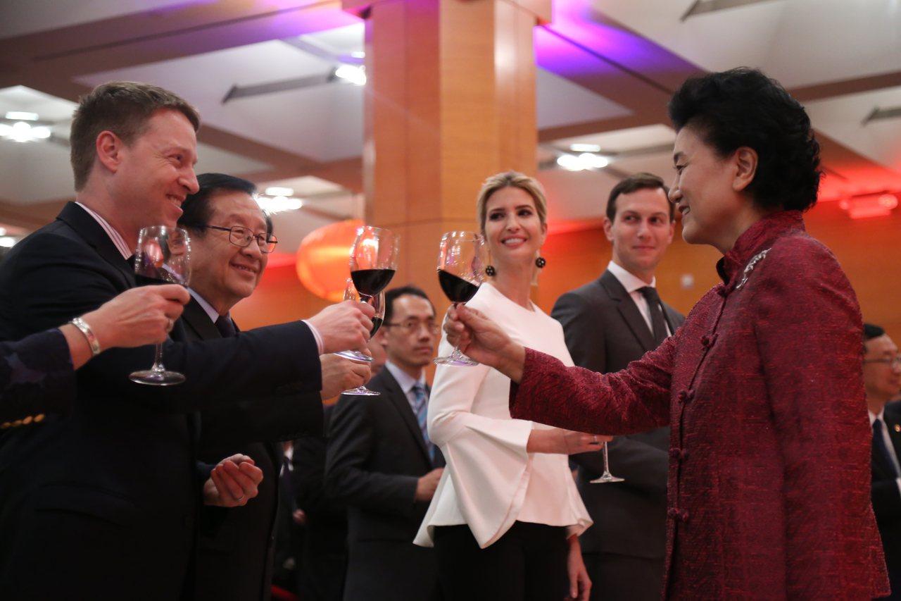 中國駐美大使館27日晚舉行國慶68周年暨首輪中美社會和人文對話招待會,赴美主持該...