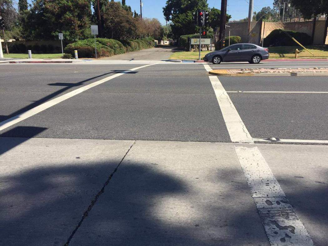 美國加利福尼亞州西柯汶納市30歲的華裔女子28日凌晨1時半在人行道上穿過阿蘇薩大...