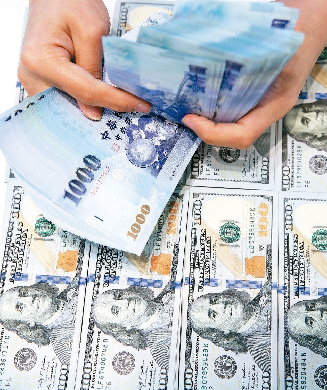美元保單熱賣,今年前七月的美元保單,總銷售件數為45.3萬件,相較於去年,件數皆...