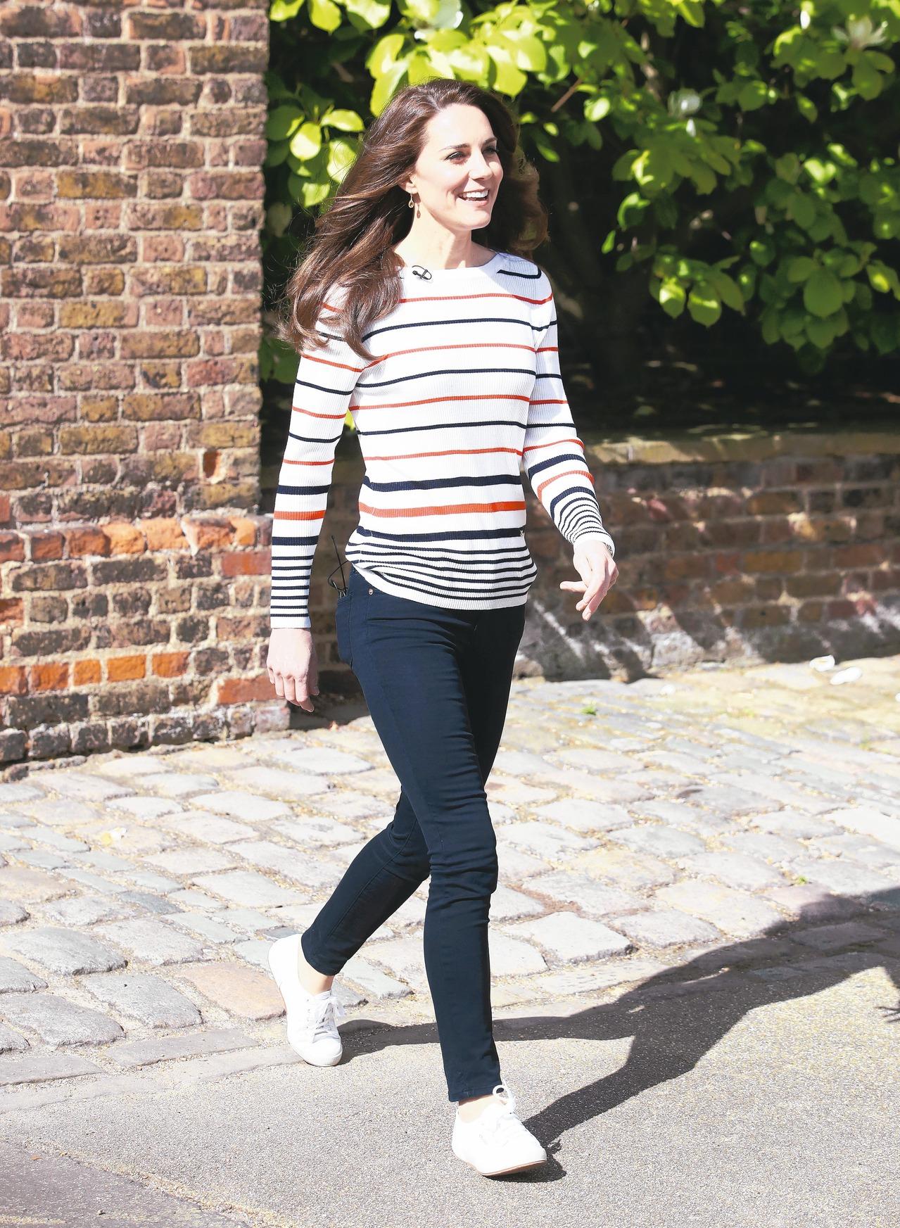 英國皇室成員凱特王妃是Superga帆布鞋的粉絲,多次穿著經典2750系列現身。